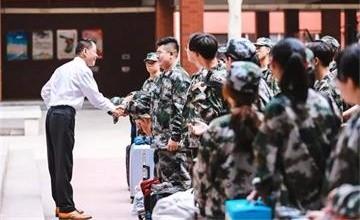 王府学校校长在2019级新生军训动员大会图片