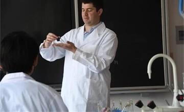 青岛威德明特双语学校化学课   用溶液稀释绘制出蓝色梦境图片