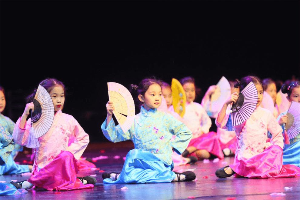 青苗国际双语学校学生在表演图集