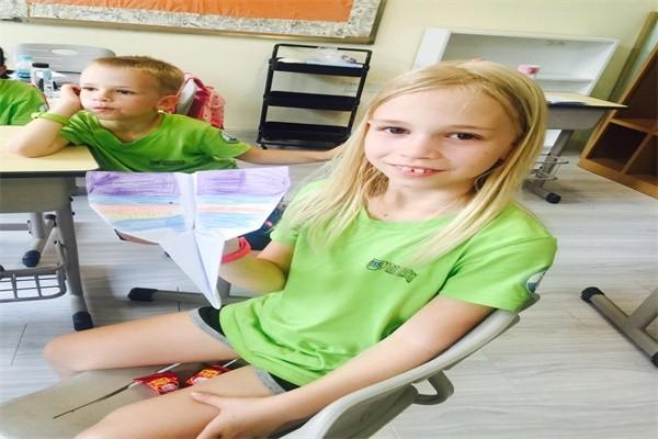 沈阳加拿大外籍人员子女学校制作纸飞机图集
