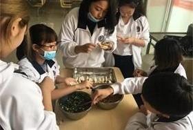 北京新桥外国语高中学校包饺子活动图片