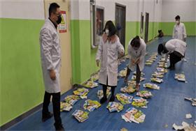 宅家学习防疫情,中加教师送书上门暖人心图片