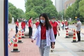 武汉海外学校中学部初三复课开展防疫演练图片