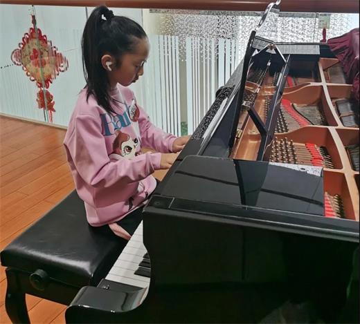 东莞市翰林实验学校国际部学生弹钢琴图片